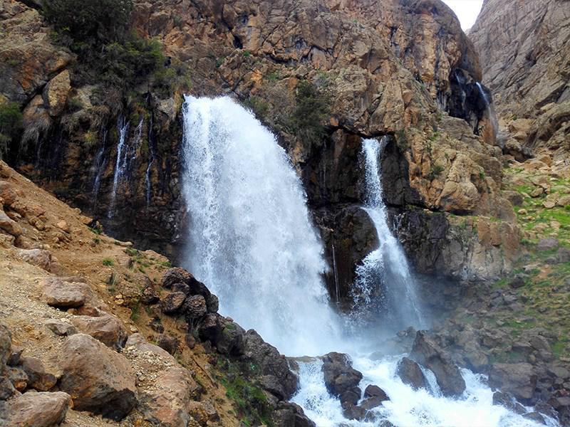 آبشار چکان واقع در استان لرستان